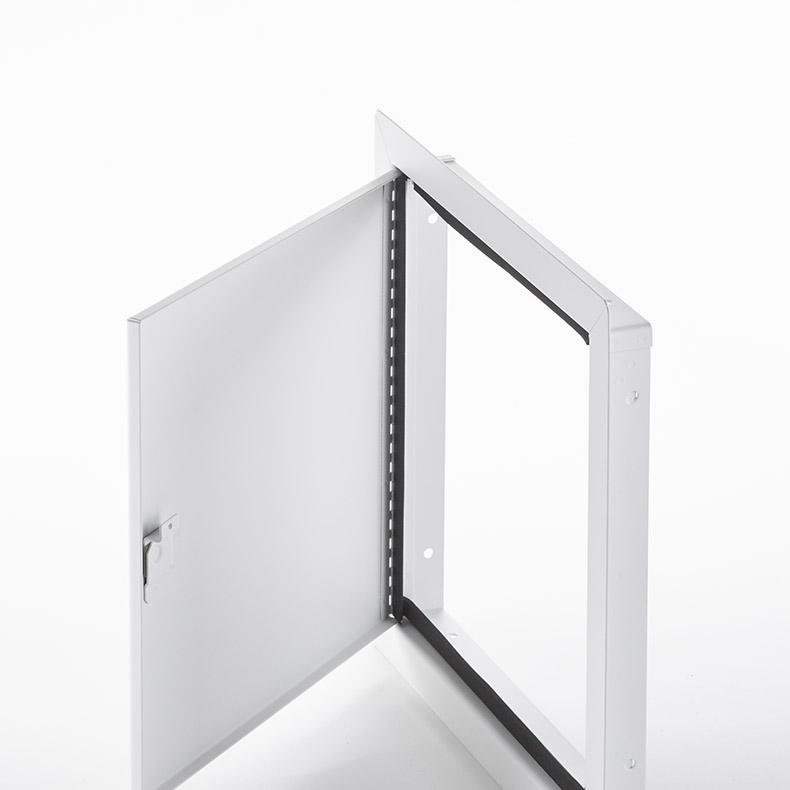 Panneau d'accès à usage universel avec cadre apparent, loquet à tournevis, penture piano, joint d'étanchéité